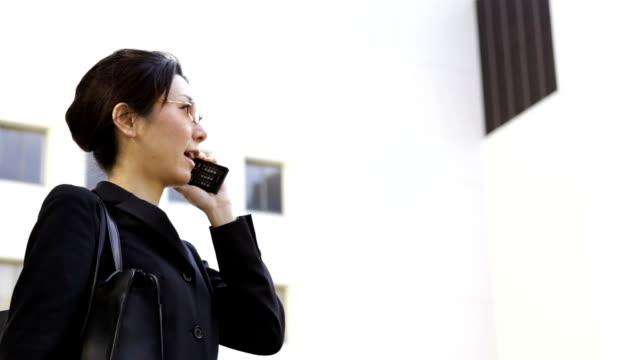 Japanische business-Frau mit Handy