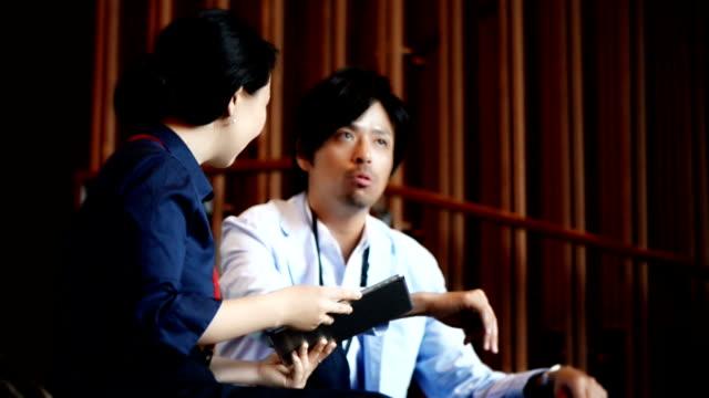 日本実業家と女性実業家タブレット付き - ホワイトカラー点の映像素材/bロール