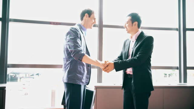 DS Japanese businessman greeting his business partner