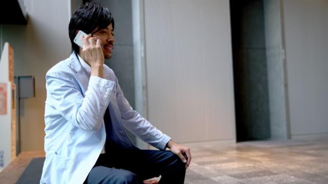 電話で話して ds 日本のビジネスマン - 30代点の映像素材/bロール