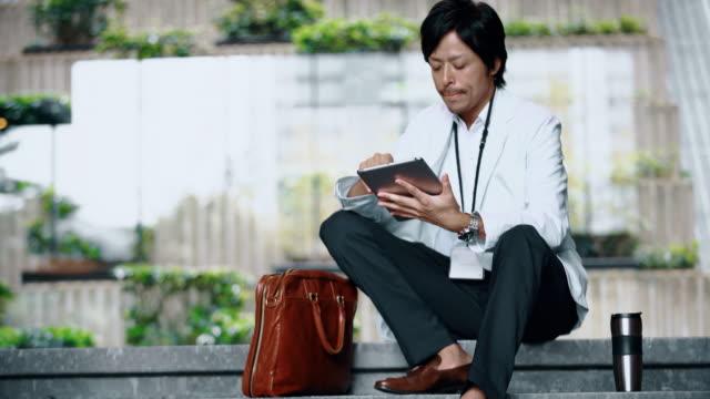 Japanse zakenman DS met behulp van een digitaal tablet