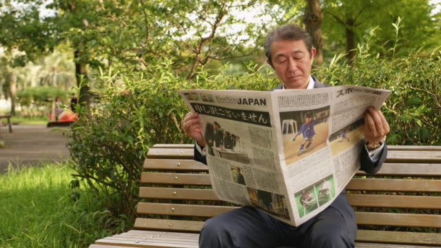 新聞を日本のビジネスマン - 新聞点の映像素材/bロール