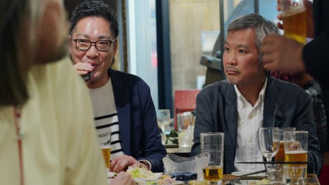 日本のビジネスマンは、バーで仕事の後に飲む - 居酒屋点の映像素材/bロール