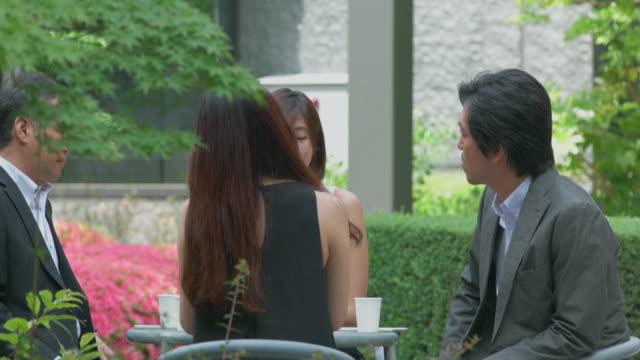 日本のタマン人は屋外会議を持っています。 - 4人点の映像素材/bロール