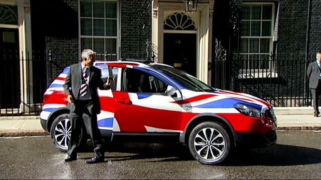 vidéos et rushes de japanese car company nissan announces new qashaqai model to be made in the uk england london downing street ext various shots of david cameron mp... - ghosn