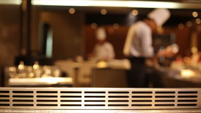 日本人シェフが調理するお料理 - ホテル点の映像素材/bロール