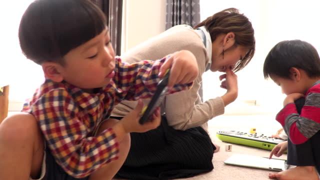 japanese children - familie mit drei kindern stock-videos und b-roll-filmmaterial