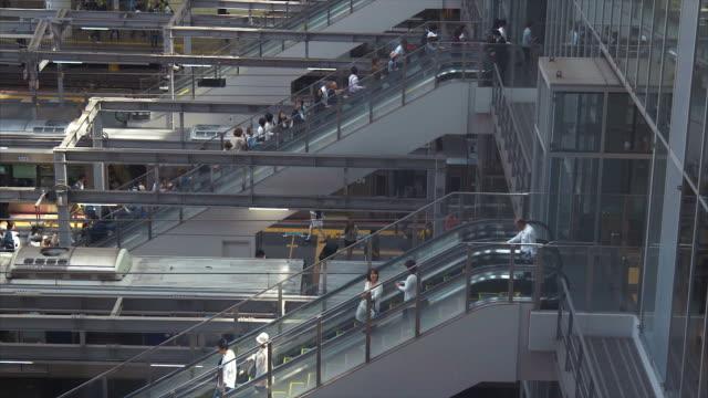 大阪駅 (スローモーション) で日本の通勤 - 大阪駅点の映像素材/bロール
