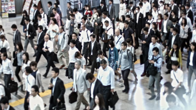 japanese commuting to work in tokyo - pendolare video stock e b–roll