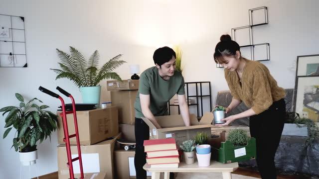 新しいアパートで移動する日本のカップル、スローモーションビデオ - 家の引っ越し点の映像素材/bロール