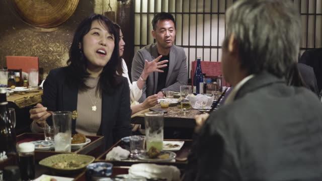 東京寿司バー&レストランで日本人カップル - 食べる点の映像素材/bロール