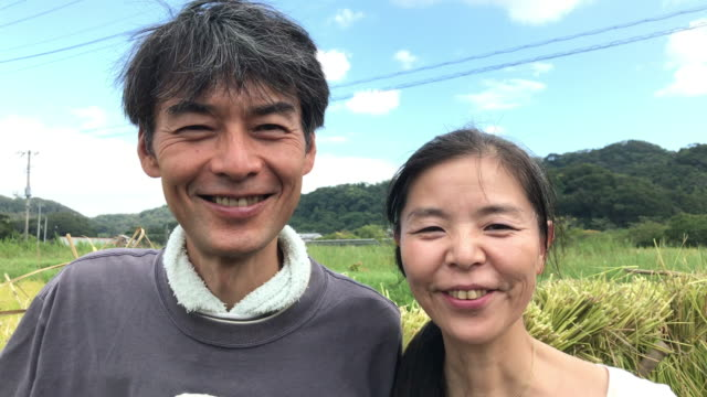 japanese couples engaged in agriculture - 中年の男性点の映像素材/bロール