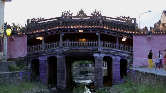 ms japanese covered bridge in hoi an at dusk - überdachte brücke brücke stock-videos und b-roll-filmmaterial