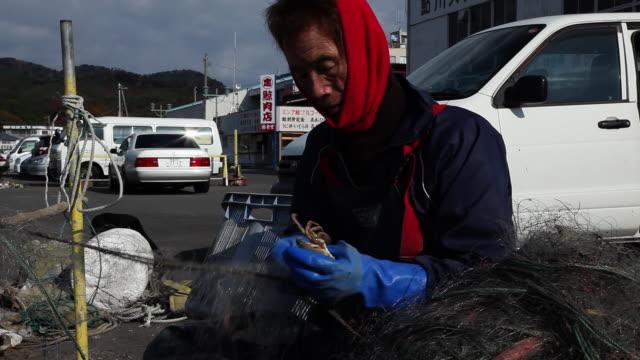 stockvideo's en b-roll-footage met japanese crab fisherman at work  - alleen één mid volwassen man