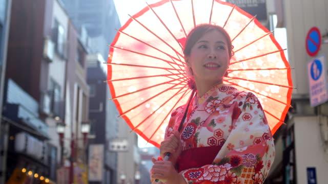 vidéos et rushes de culture japonaise avec la jeune femme - temple