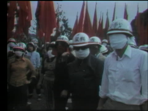 japanese demonstrators at the yokosuka naval air base protest against american warships bringing nuclear weapons to japan. - (war or terrorism or election or government or illness or news event or speech or politics or politician or conflict or military or extreme weather or business or economy) and not usa点の映像素材/bロール