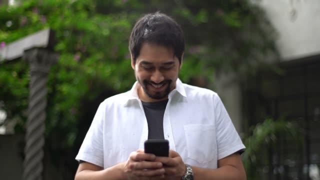 日本民族の男を使用してモバイル - 電話を使う点の映像素材/bロール