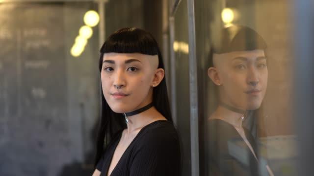 japanische ethnizen-frauenporträt beim start des modernen büros - coworking space stock-videos und b-roll-filmmaterial