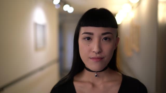 vídeos de stock, filmes e b-roll de retrato japonês da mulher da etnia - foto de cabeça