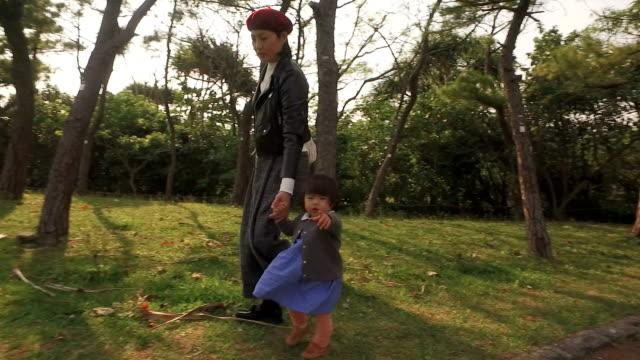 日本の家族 - daughter点の映像素材/bロール