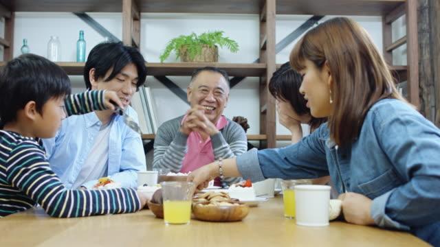 日本のファミリーディナー - 屋内点の映像素材/bロール