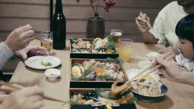 stockvideo's en b-roll-footage met japanse familie eten osechi ryori op oudejaarsavond - 35 39 years
