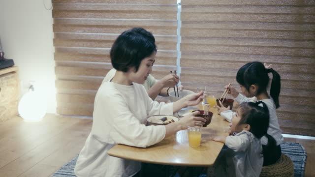 そばを食べる日本人家族 - 食事点の映像素材/bロール