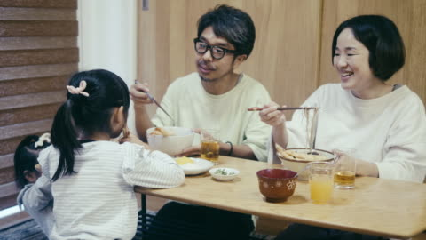 vídeos y material grabado en eventos de stock de familia japonesa comiendo fideos toshikoshi soba (fideos de nochevieja) - mesa de comedor