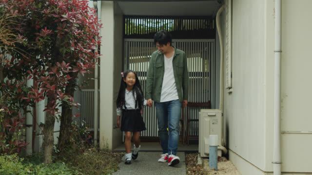 日本の家族が学校に行く - 日本の学生服点の映像素材/bロール
