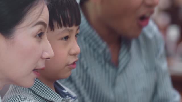 日本の家族がビデオゲームをする - 動画関連点の映像素材/bロール