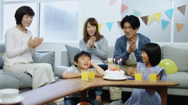 日本の家族歌子お誕生日おめでとう - 歌う点の映像素材/bロール