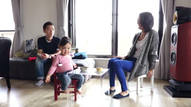vídeos de stock e filmes b-roll de japanese family - vida simples