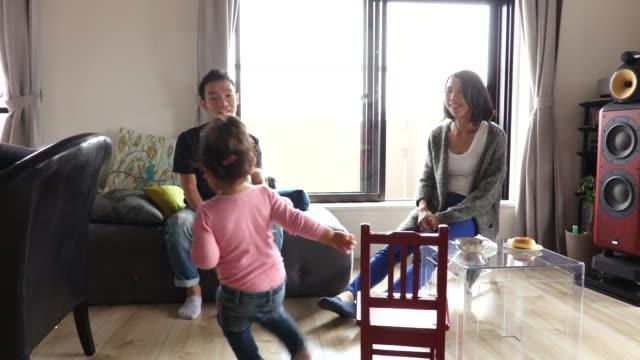 vídeos de stock, filmes e b-roll de japanese family - almofada