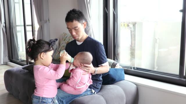 vidéos et rushes de japanese family - nourrir