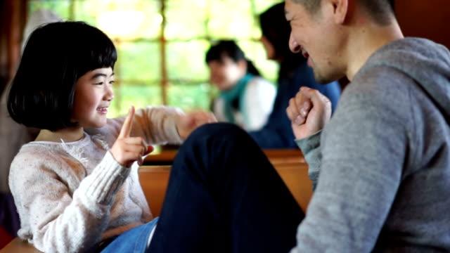 Japanska far och dotter att ha roligt tillsammans