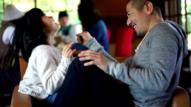 日本人の父と娘で一緒に楽しんで - 家点の映像素材/bロール