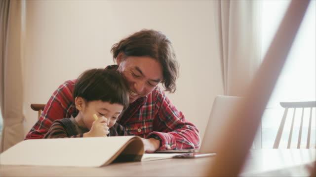 日本の父と息子は絵を描きながら一緒に時間を過ごす - son点の映像素材/bロール