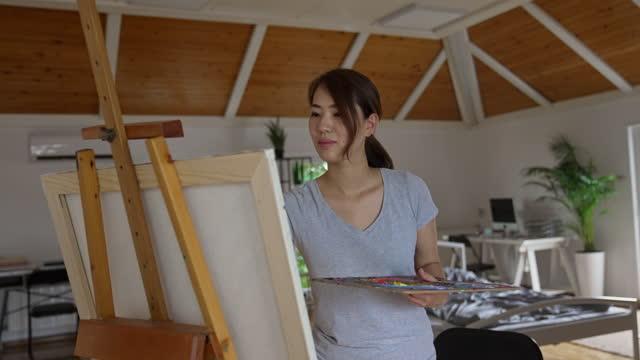 vídeos y material grabado en eventos de stock de pintura de artistas japonesas en casa - una mujer de mediana edad solamente