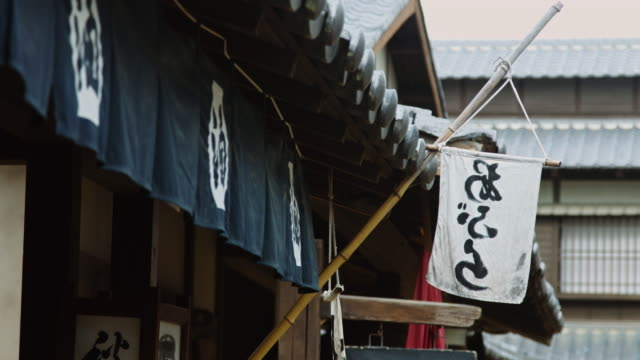vídeos de stock e filmes b-roll de japanese flags outside edo period building - estilo do século 18
