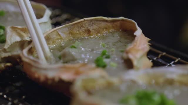 日本食、可味噌、レストランのストーブのカニ味噌グリル - カニ点の映像素材/bロール