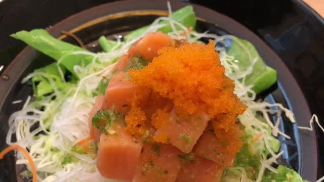 vídeos de stock e filmes b-roll de japanese food , sour ad spicy salmon salad - filete de salmão