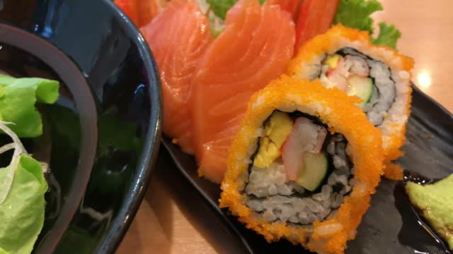 vídeos de stock e filmes b-roll de japanese food , sushi - filete de salmão