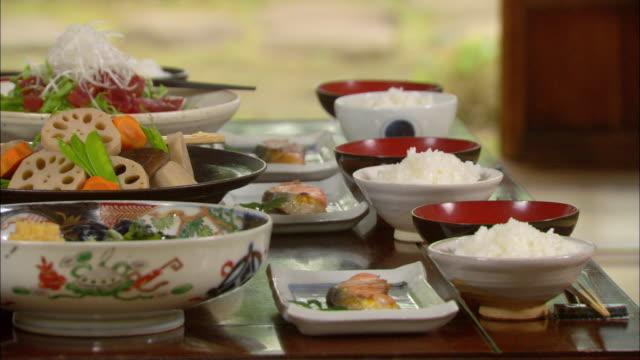 vídeos de stock, filmes e b-roll de cu pan japanese food/ tokyo, japan - comida japonesa