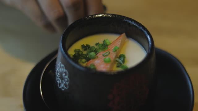 vídeos y material grabado en eventos de stock de plato de comida japonesa: huevo natillas - glaseado para postres