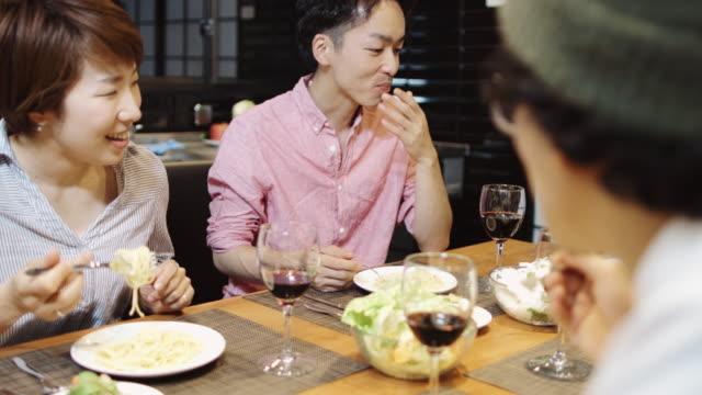 ディナー パーティーでパスタを食べる日本人の友達 - パスタ点の映像素材/bロール