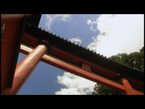 vídeos y material grabado en eventos de stock de cu  la japanese gate ( torii ) at entrance to shinto shrine  japan - formato buzón