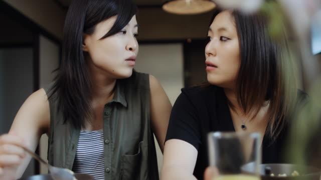 日本の同性カップルが朝食を食べながらおしゃべり