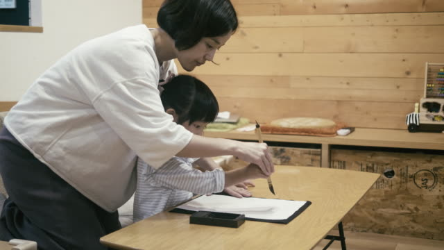 元旦に書道をしている日本人の女の子 - リアルライフ 点の映像素材/bロール