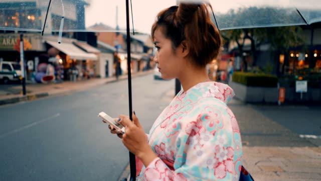 道路上の着物のテキスト メッセージで日本の女の子