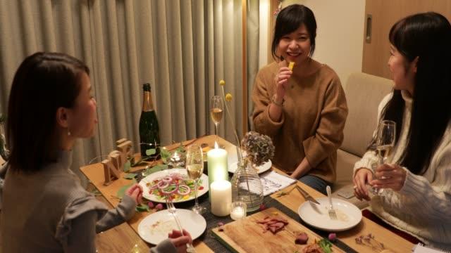 日本の女の子がクリスマス料理を楽しんで - 親睦会点の映像素材/bロール